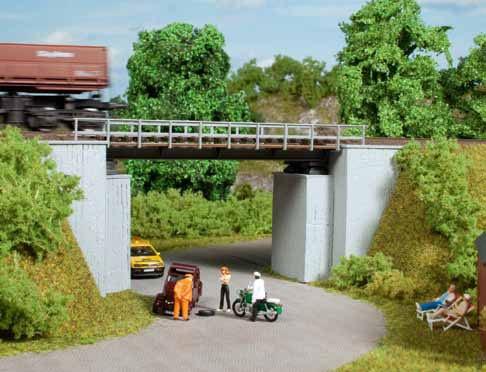 Kleine Brücke mit Betonwiderlagern