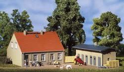 Wohnhaus mit Schuppen