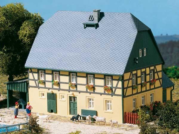 Großes Bauernhaus mit Stall